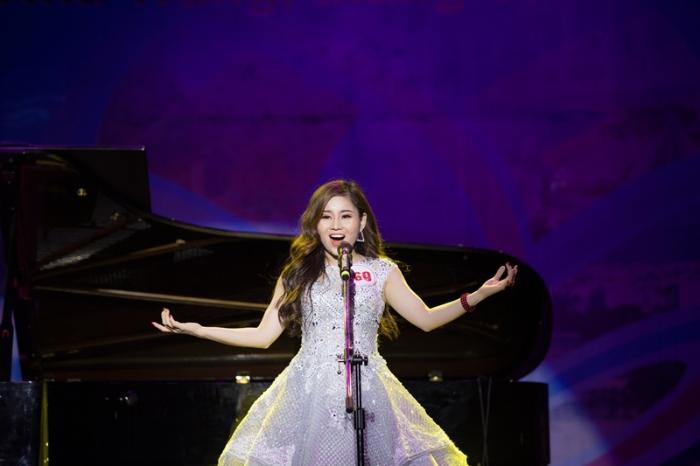 Ca hát chính là hoạt động tạo ra âm thanh bằng chất giọng phát ra từ thanh quản của một người